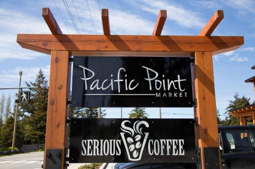 Hotel Pictures: Pacific Point Market and Suites, Powell River