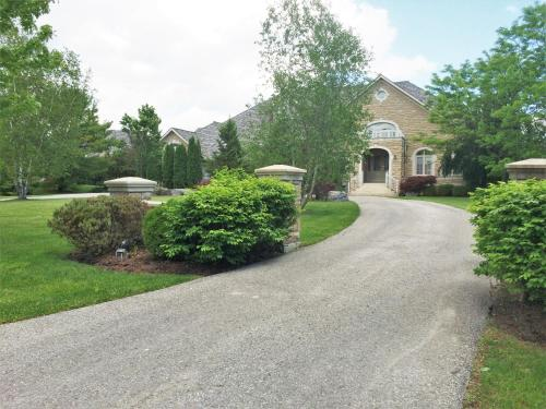 Hotel Pictures: Luxury Home in Beautiful 1.5 Acre Land, Ajax