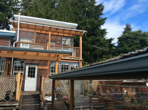 Hotel Pictures: Bamfield Boardwalk Bungalow, Bamfield