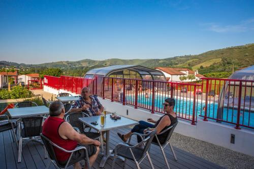 Hotel Pictures: Camping Châlets Larlapean, Saint-Martin-d'Arrossa