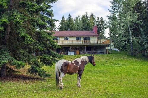 Hotel Pictures: The Cozy Cubbyhole B&B, One Hundred Mile House