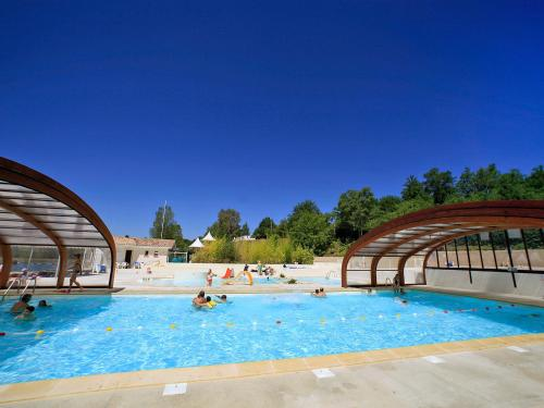 Hotel Pictures: Hameaux des Lacs 1, Monclar-de-Quercy
