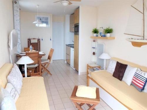 Hotel Pictures: Rental Apartment Vue Port Et Mer, Saint-Jean-d'Orbetiers