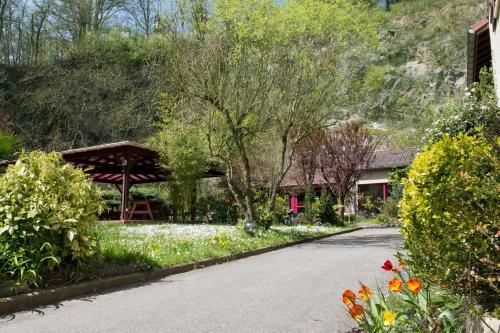 Hotel Pictures: , Saint-Genis-les-Ollières