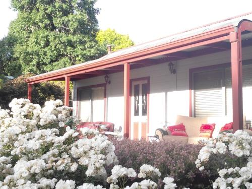 Hotel Pictures: Abelia Cottage Lakeside, Daylesford
