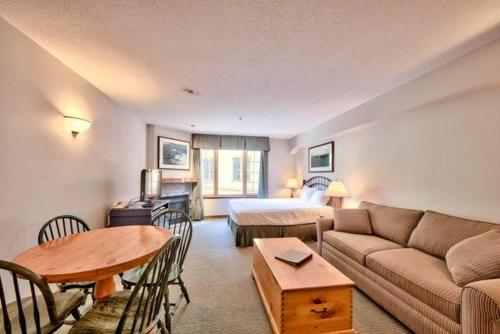 Hotel Pictures: Hearthstone Lodge Village Center Apartment HS308 British Columbia, Sun Peaks