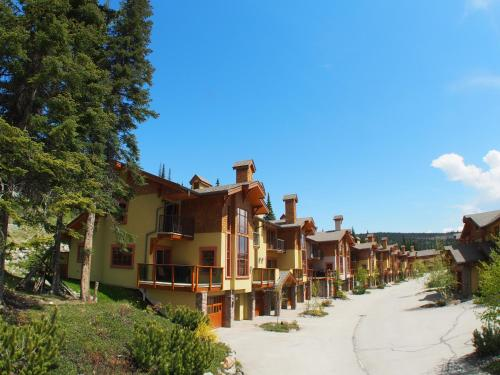 Hotel Pictures: Trail's Edge Townhouses - TE17, Sun Peaks