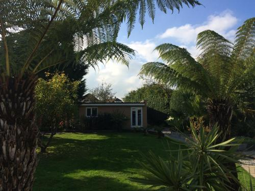 Hotel Pictures: Private Bungalow, Hounslow