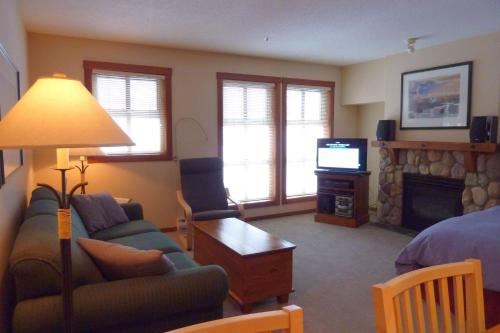 Hotel Pictures: Fireside Lodge Village Center Apartment FS223 British Columbia, Sun Peaks