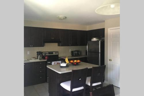 Hotel Pictures: Entire home - 4 bedrooms, Brampton