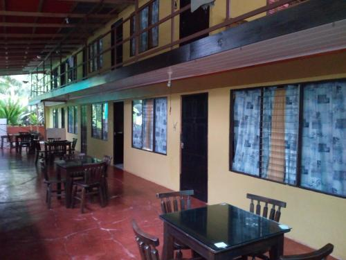 Hotel Pictures: Cabinas Esmo Frente Playa, Uvita