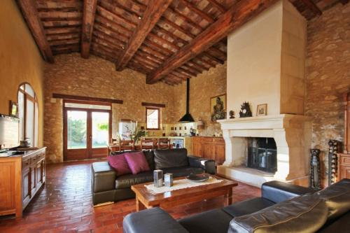 Hotel Pictures: Holiday Home Le Hangar, Rustrel