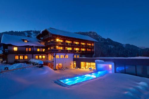Foto Hotel: Ruhehotel & Naturressort Rehbach - Adults only, Schattwald
