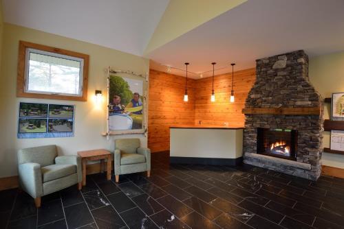 Hotel Pictures: Shamrock Bay Resort, Washago