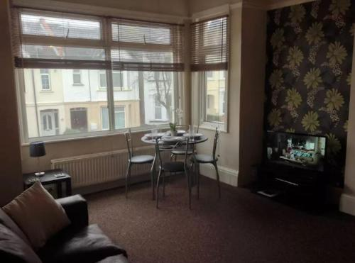 Hotel Pictures: 1 Bed Apartment Westcliff on Sea, Southend-on-Sea