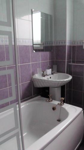 Hotel Pictures: Convenient apartment, Paisley