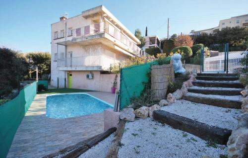 Hotel Pictures: Two-Bedroom Apartment in St Raphael, Valescure