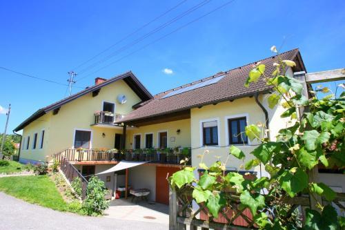 Hotel Pictures: Spezialitätenhof Familie Eichmann, Neuhaus am Klausenbach