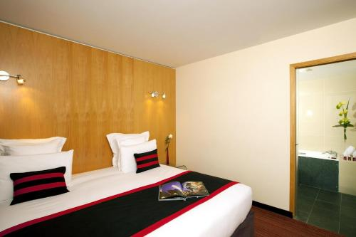 سرير أو أسرّة في غرفة في Residhome Suites Paris Sénart