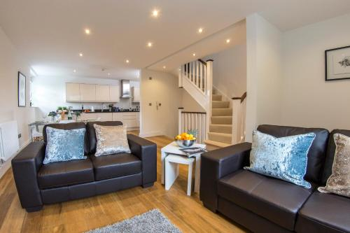 Hotel Pictures: Finchley Central Luxury 2/3 bed triplex loft style apartment, Hendon
