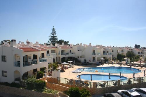 Uma vista da piscina em Monte Dourado ou nos arredores