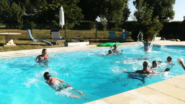 Hotel Pictures: Bel Air Gites- Chataigniers, Brie-sous-Mortagne