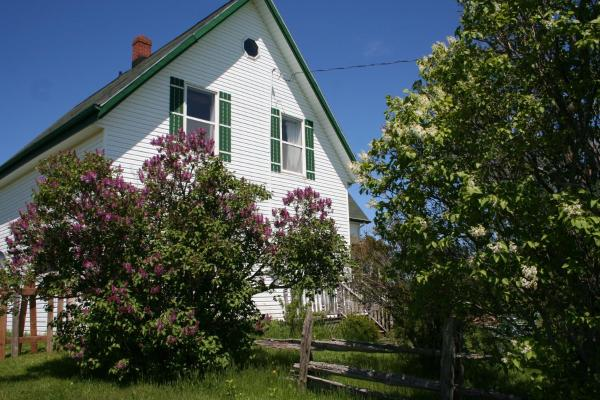 Hotel Pictures: lovely green gable home in PEI on ROUTE 12, Miscouche