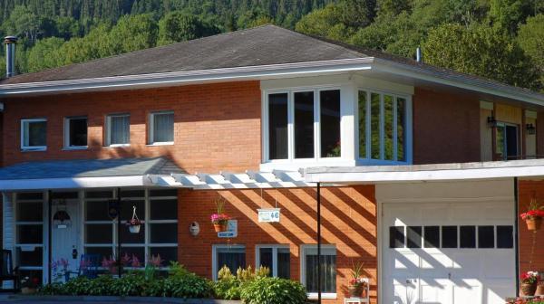 Hotel Pictures: Escale au Presbytère B&B, Petit-Saguenay