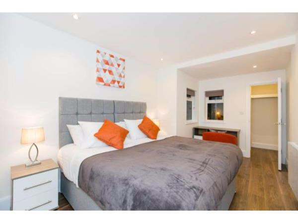 Hotel Pictures: Fabulous 2 Bedroom Apartment, Staines