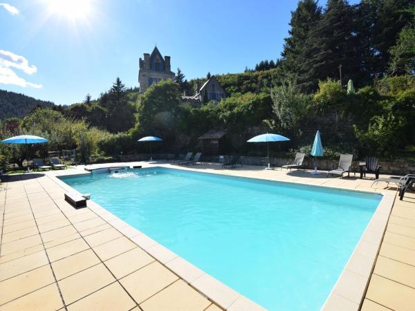 Hotel Pictures: Appartement - château en Ardèche, Saint-Prix