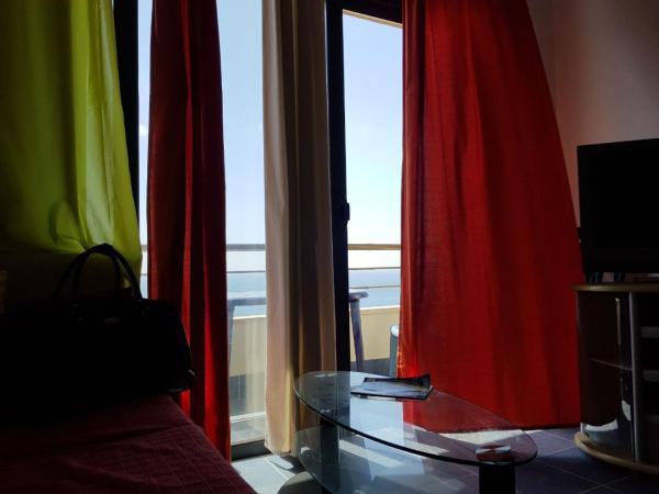 Foto Hotel: Blue Sky Apartment, Gjashtë
