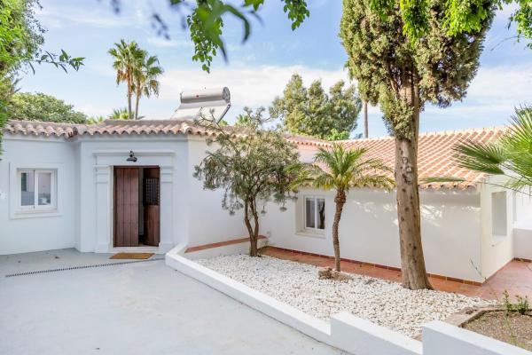 Hotel Pictures: Stunning Villa with Mountain Views - Los Campitos, Estepona