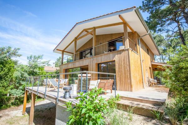 Hotel Pictures: Beautiful Wooden House in a Pine Forest, Bélisaire