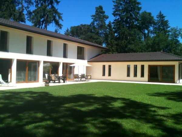 Hotel Pictures: Private Gated Property -Detached Studio -Geneva Lake, Sciez