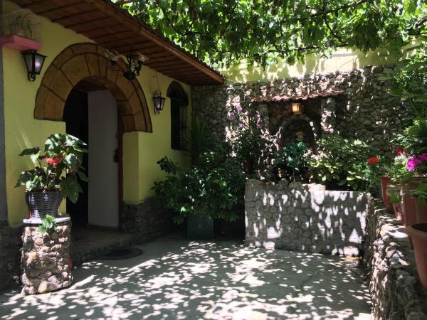 Фотографии отеля: Karafil Guesthouse, Гирокастра