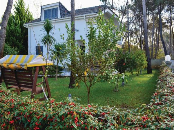 Фотографии отеля: Three-Bedroom Holiday Home in Durres, Голем