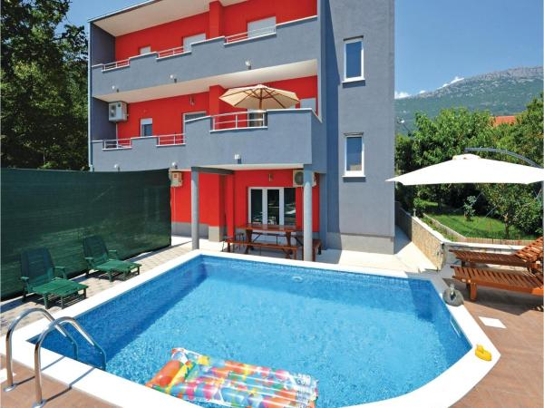 Hotel Pictures: Holiday home Kastel Stari 97 with Outdoor Swimmingpool, Kaštela