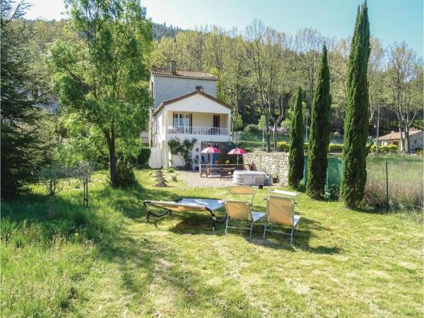 Hotel Pictures: Three-Bedroom Holiday Home in Villen. les Corbieres, Villeneuve-les-Corbières