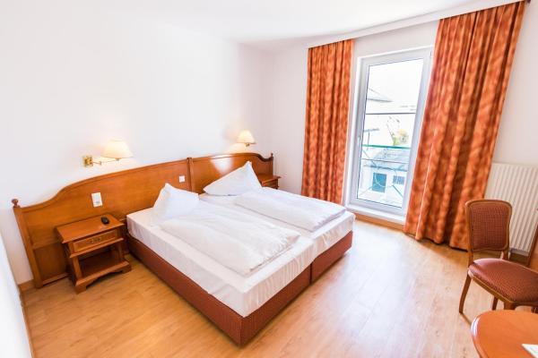 Фотографии отеля: Familie Hopfeld - Hotel Dreikönigshof, Штоккерау