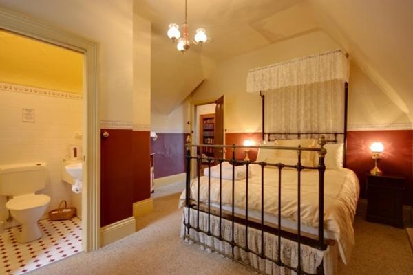 Hunter Queen Room