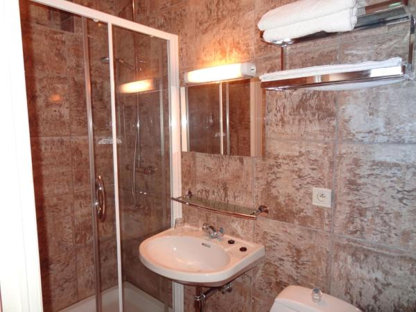Cosy Double Room with Shower and Private Toilet