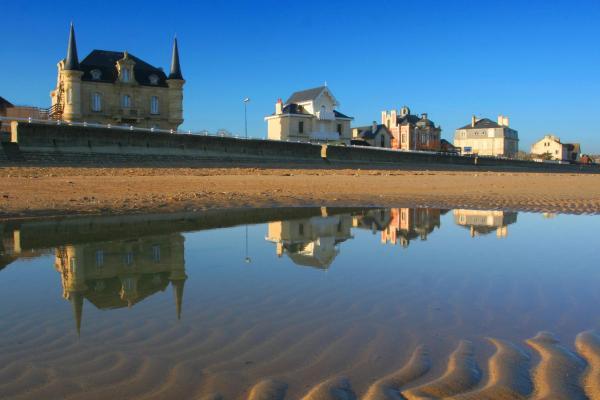 Hotel Pictures: Châlets Les Tourelles, Asnelles
