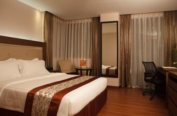 Deluxe Queen Room with Breakfast and Spa Access for 2