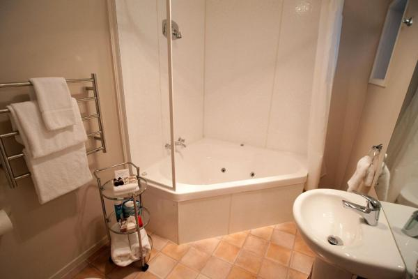 Studio Unit with Spa Bath