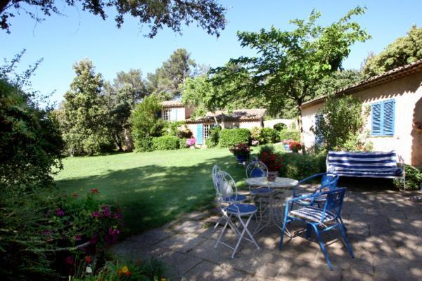 Hotel Pictures: La Ferme, Saint-Marc-Jaumegarde