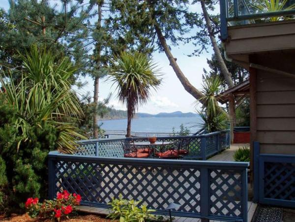 Hotel Pictures: Arbutus Point Oceanfront B and B, Long Harbour