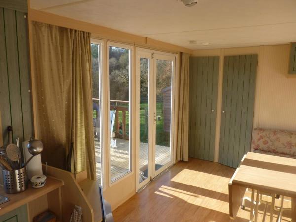 Hotel Pictures: Mobile Home Lann Oriant - Caurel, Caurel