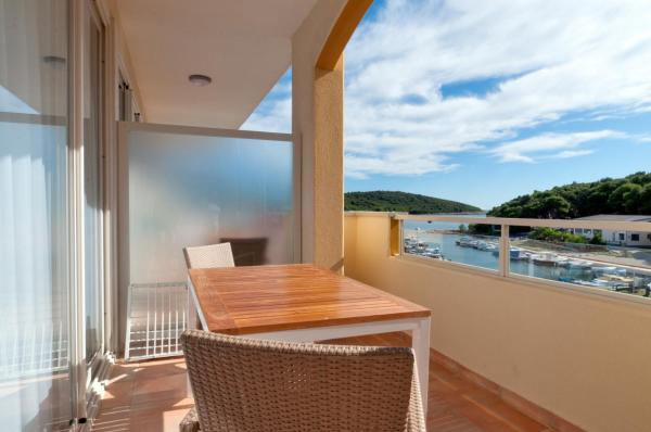 Apartment with Balcony (6 Adults) with Side Sea View