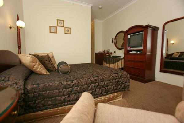 Superior Queen Suite with Spa Bath (Upstairs Unit)