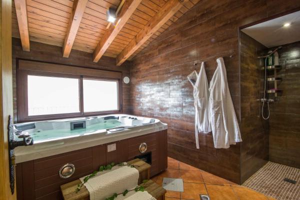 Hotel Pictures: Casas Rurales Picachico, Laroya
